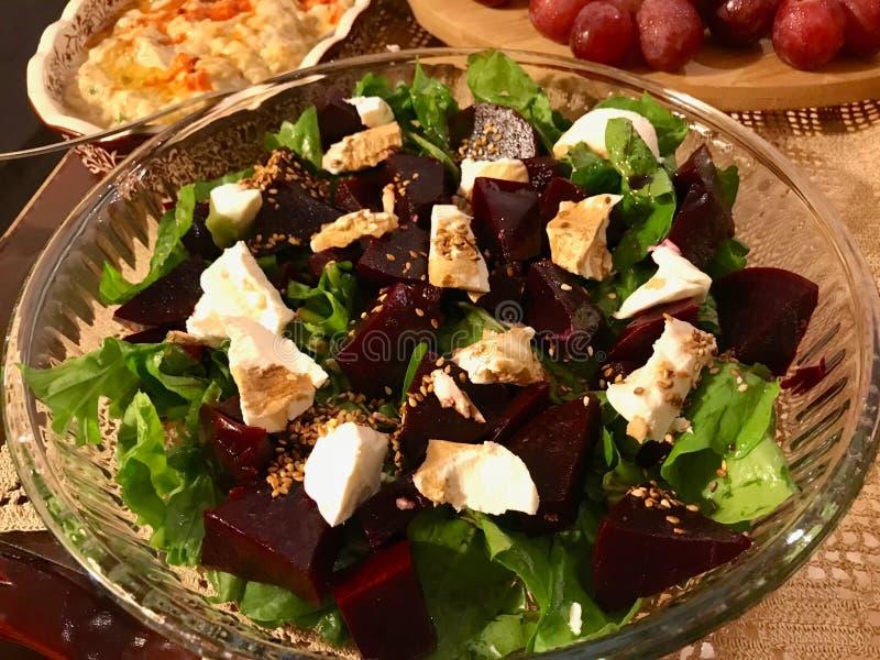 Selbst gemachter Rote-Bete-Wurzeln Salat mit Ziegenkäse-, Arugula-und des indischen Sesams Samen in der Glasschüssel lizenzfreie stockbilder