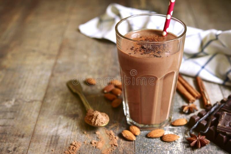 Selbst gemachter Schokoladenbanane Smoothie in einem Glas stockfoto
