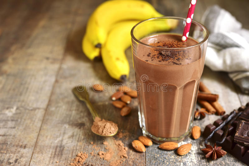 Selbst gemachter Schokoladenbanane Smoothie in einem Glas lizenzfreie stockfotografie