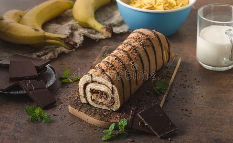 Selbst gemachter Schokoladenbananenrollenkuchen stockbild