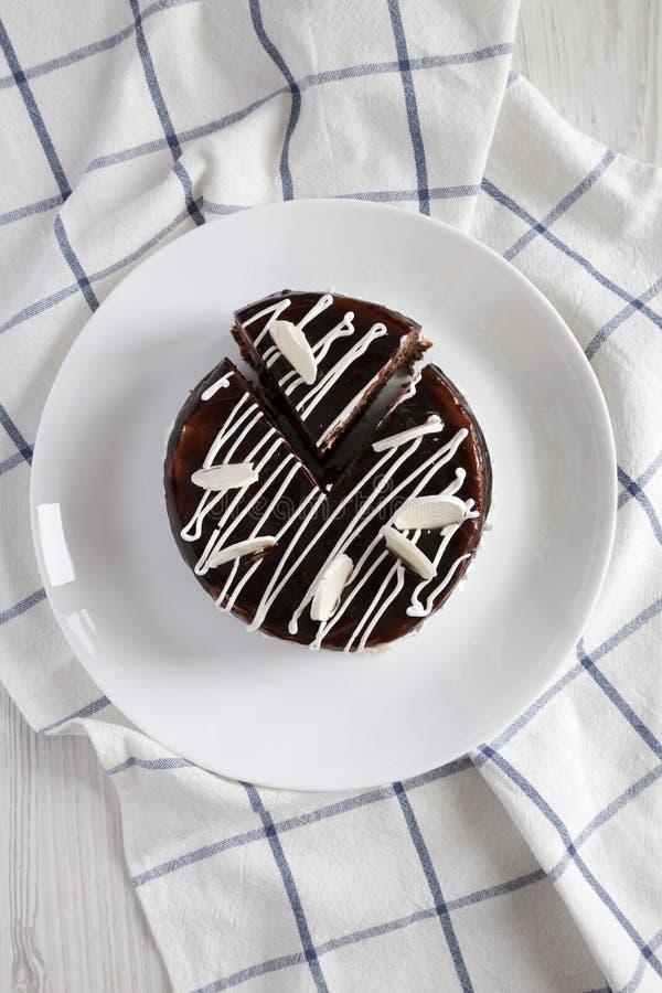 Selbst gemachter Schokoladenkirschkuchen auf einer weißen Platte, obenliegende Ansicht Flache Lage, von oben Nahaufnahme stockfotos