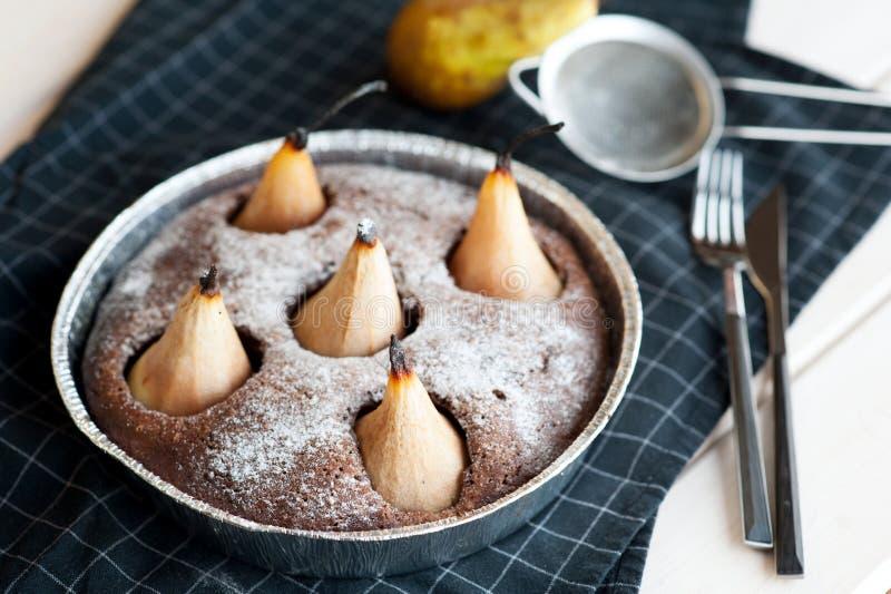 Selbst gemachter Schokoladenkuchen mit Birnen lizenzfreie stockbilder