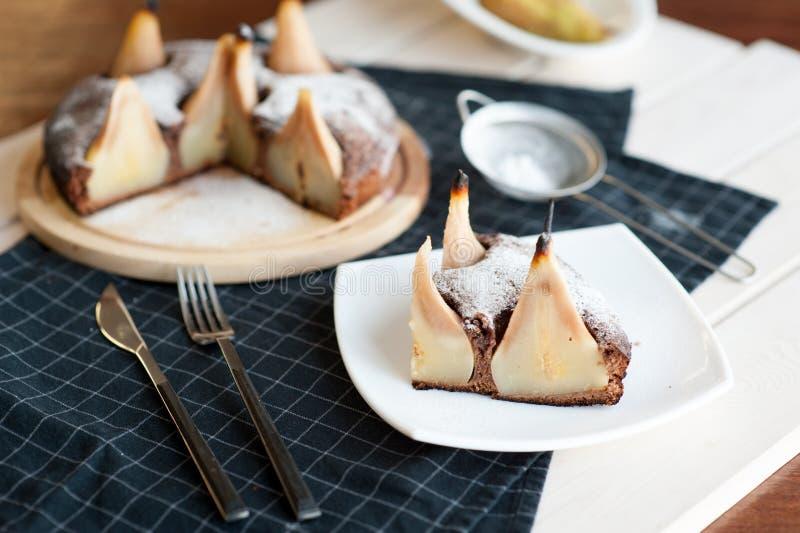 Selbst gemachter Schokoladenkuchen mit Birnen stockbilder
