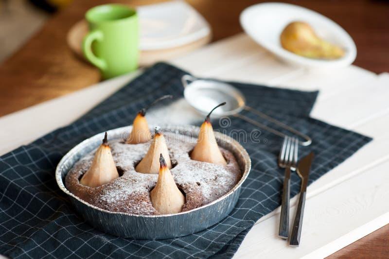 Selbst gemachter Schokoladenkuchen mit Birnen stockbild