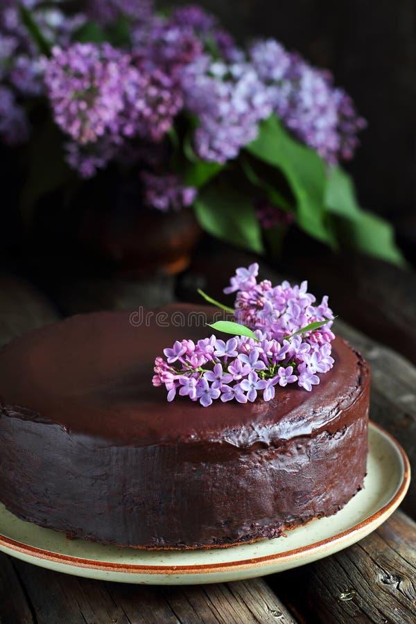 Selbst gemachter Schokoladenkuchen verziert mit Flieder lizenzfreies stockfoto