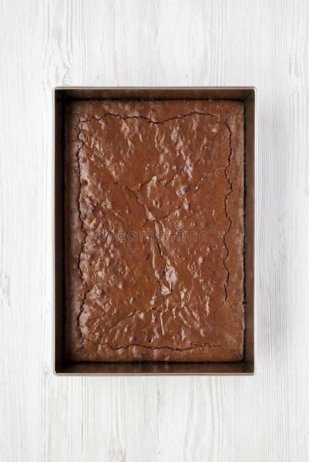 Selbst gemachter Schokoladenschokoladenkuchen auf einer weißen Holzoberfläche, obenliegende Ansicht Draufsicht, von oben, flache  lizenzfreies stockfoto