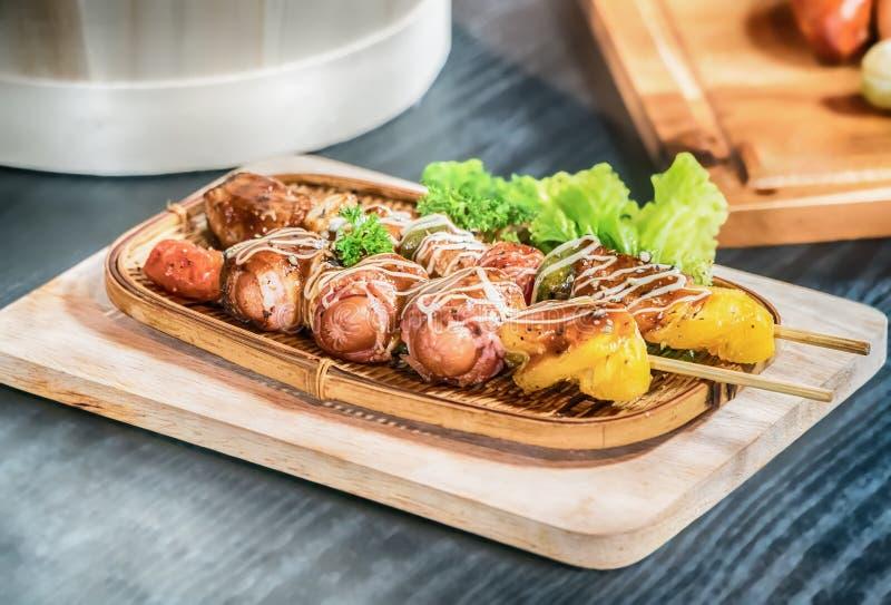 Selbst gemachter Speck eingewickelte Hotdoge mit Zwiebeln und Pfeffern stockfoto