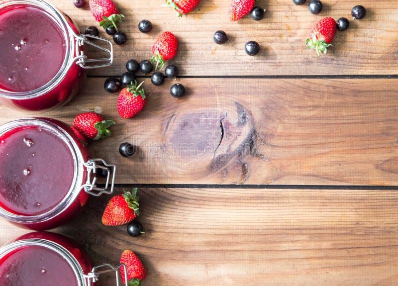 Selbst gemachter Stau mit Beeren auf dem Holztisch stockfotos