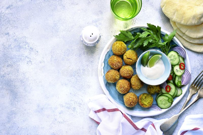 Selbst gemachter würziger Kichererbse Falafel schmückte mit Frischgemüse a stockfotografie
