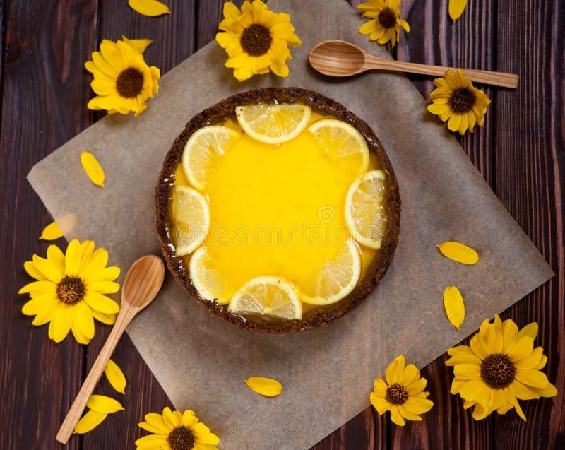 Selbst gemachter Zitronenkäsekuchen, geschmackvoll und saftig auf hölzernem backgrownd lizenzfreie stockbilder