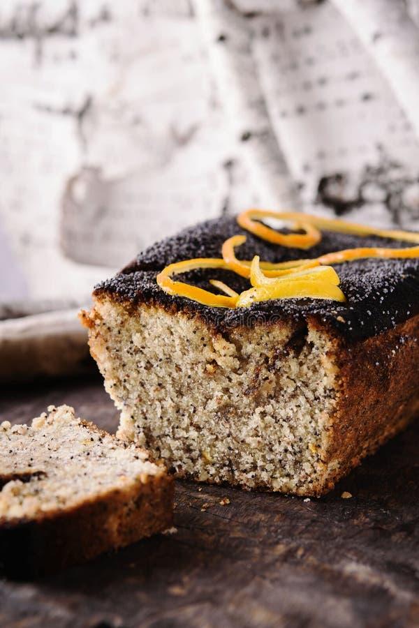 Selbst gemachter Zitrusfrucht-Nuss-Mohn Kuchen auf Weinleseholztisch lizenzfreie stockfotos