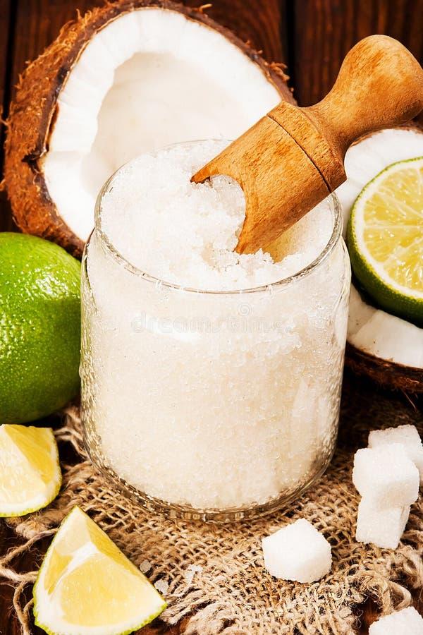 Selbst gemachter Zucker scheuert sich mit Kalk und Kokosnuss auf hölzernem Hintergrund lizenzfreie stockfotos
