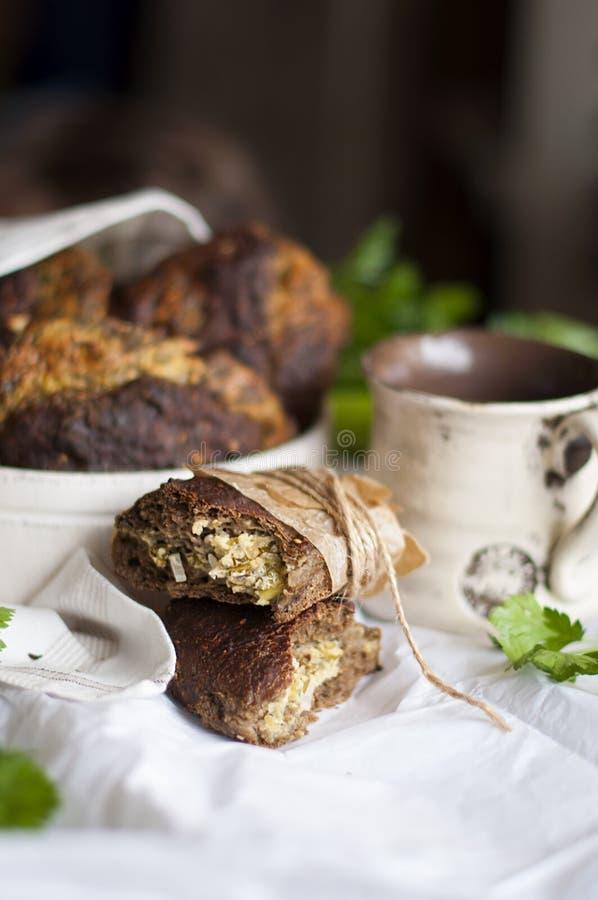 Selbst gemachtes Backen Torte mit Zwiebel und Ei Frühstück für die Familie Gesunde Nahrung lizenzfreies stockbild