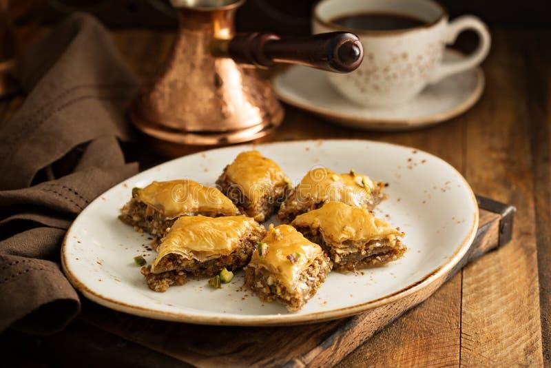 Selbst gemachtes Baklava mit Nüssen und Honig stockbild