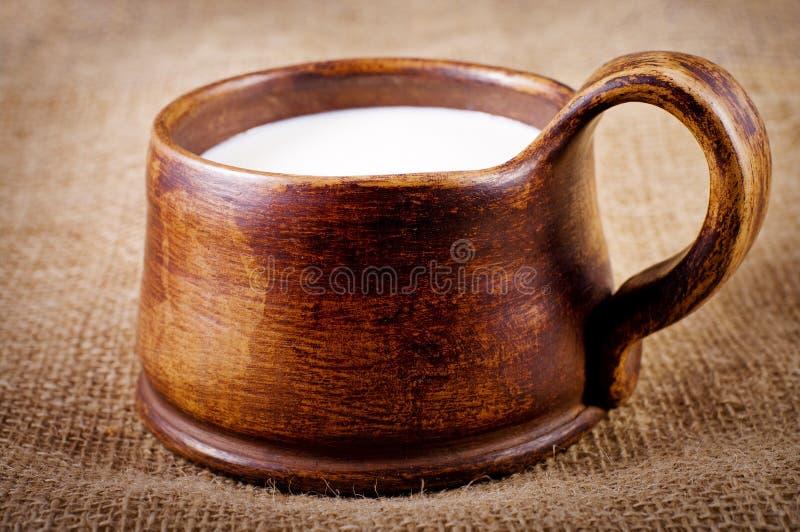 Selbst gemachtes braunes Lehmcup mit Milch lizenzfreie stockfotos