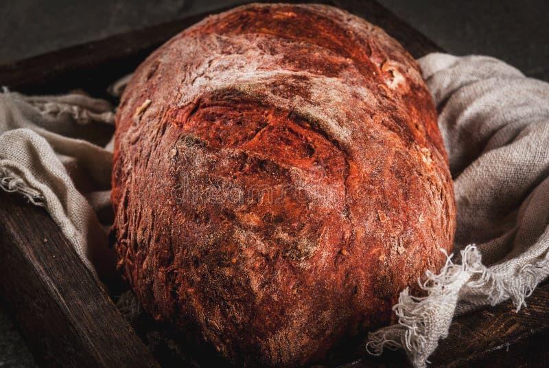 Selbst gemachtes Brot der roten Rübe lizenzfreie stockbilder