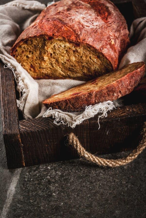 Selbst gemachtes Brot der roten Rübe stockfotografie