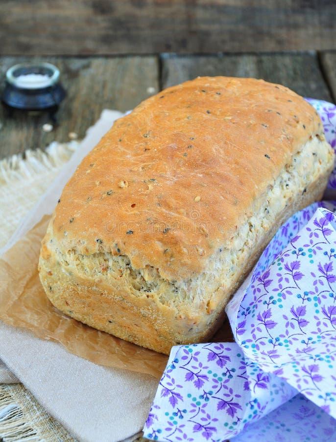 Selbst gemachtes Brot mit Haferflocken, Leinsamen und schwarzen Samen des indischen Sesams stockfotos