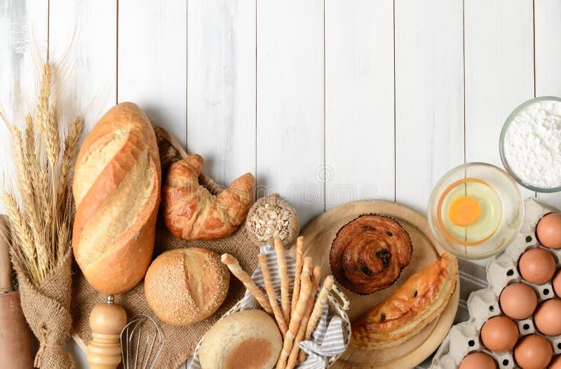 Selbst gemachtes Brot oder Bäckerei mit Bäckereiausrüstung lizenzfreie stockfotografie