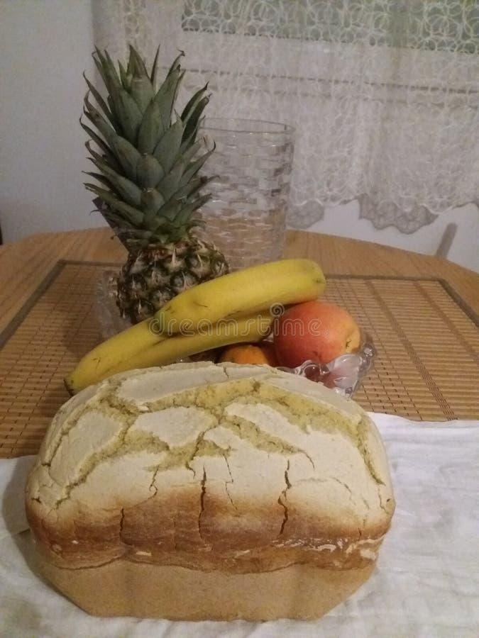 Selbst gemachtes Brot und Früchte lizenzfreie stockfotos