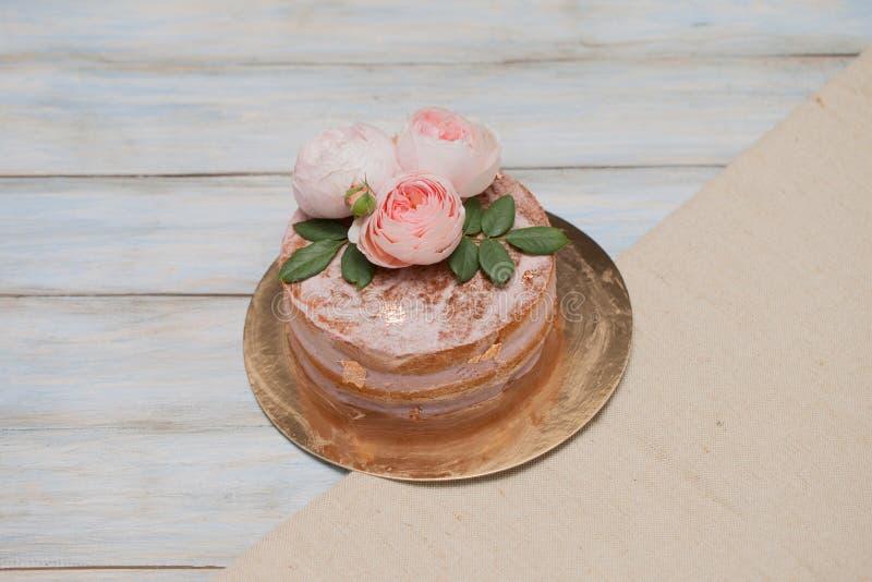 Selbst gemachtes buttercream runder Kuchen mit Rosarose blüht auf die Oberseite, Valentinsgrußliebeskonzept lizenzfreies stockfoto