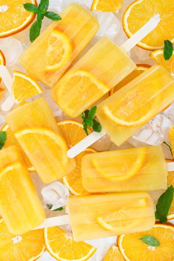 Selbst gemachtes Eis am Stiel der Frucht auf Eiswürfeln lizenzfreie stockfotos