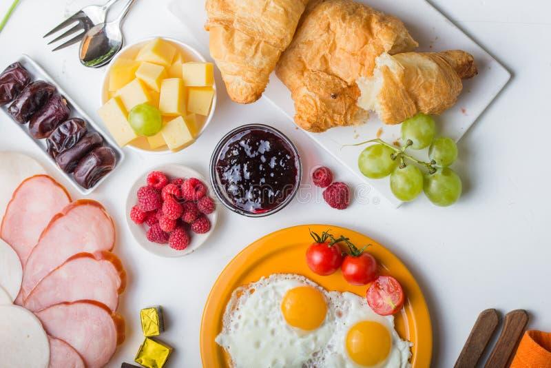 Selbst gemachtes Frühstück mit Spiegeleitoastkaffee-Fruchtgemüse der Sonnenseite oben und Orangensaft in der Draufsicht mit Kopie stockfoto