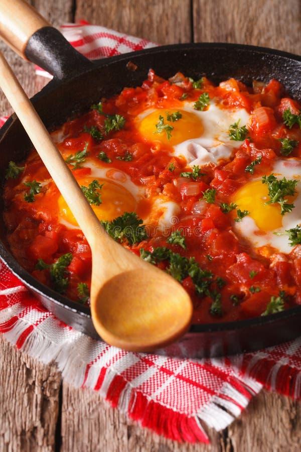 Selbst gemachtes Frühstück shakshuka von Spiegeleiern mit Tomatennahaufnahme lizenzfreie stockfotografie