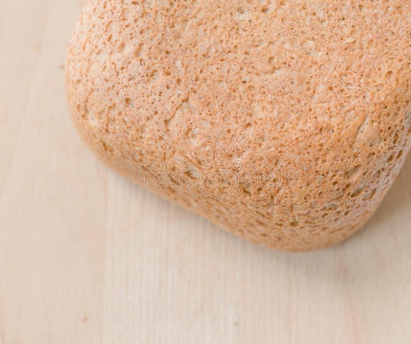Selbst gemachtes frisches Brot auf Tabelle stockfotos