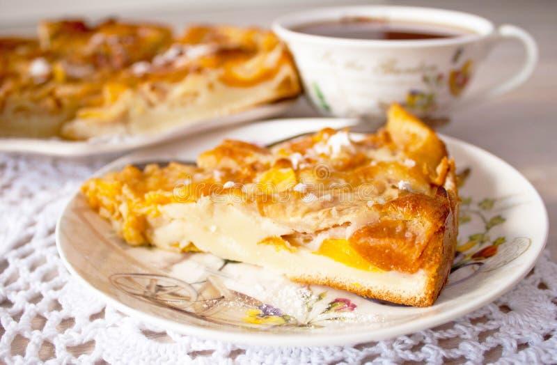 Selbst gemachtes gebackenes Scheibenfruchtbeerentörtchen, -torte oder -kuchen auf Platte mit Baumwollserviette Holyday-Konzept stockfotografie