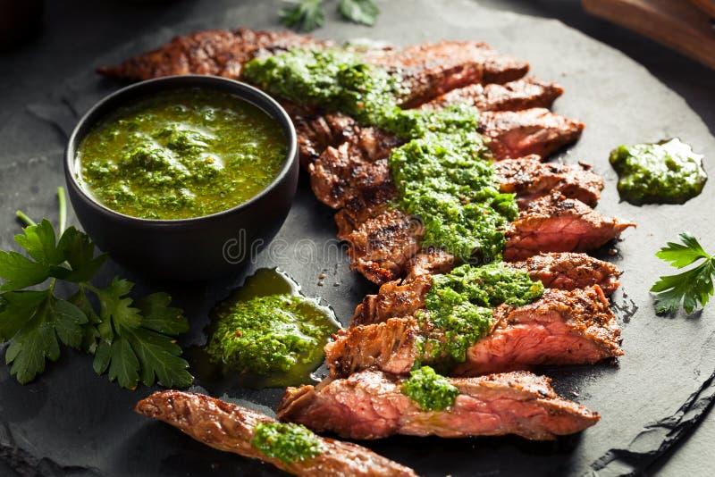 Selbst gemachtes gekochtes Rock-Steak mit Chimichurri lizenzfreie stockbilder