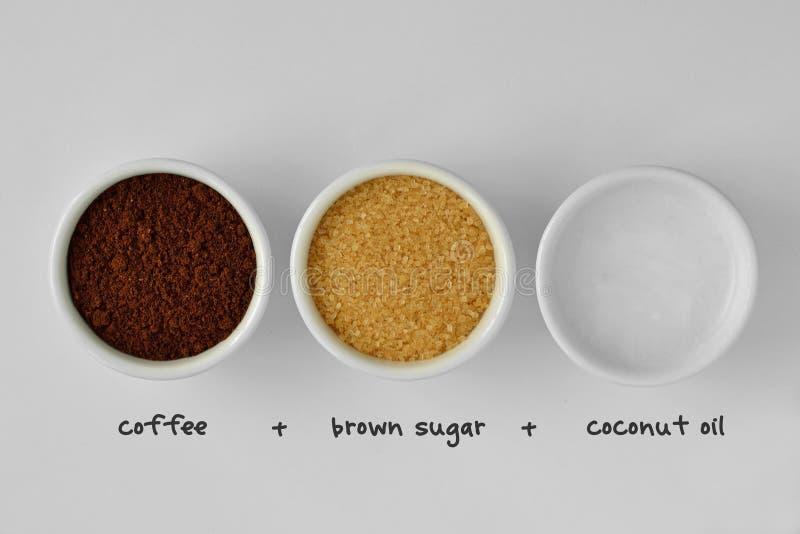 Selbst gemachtes Gesicht scheuern sich gemacht aus Kaffeepulver, braunem Zucker und c heraus lizenzfreies stockbild