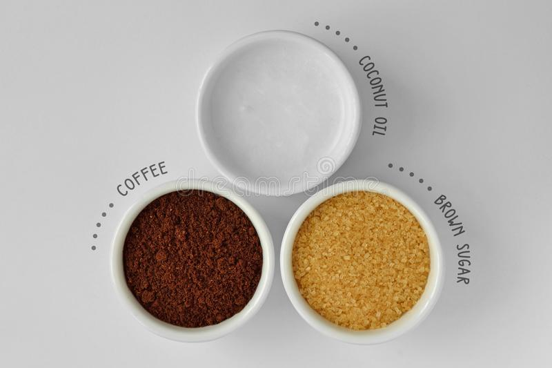 Selbst gemachtes Gesicht scheuern sich gemacht aus Kokosnussöl, Kaffeepulver und b heraus stockbild