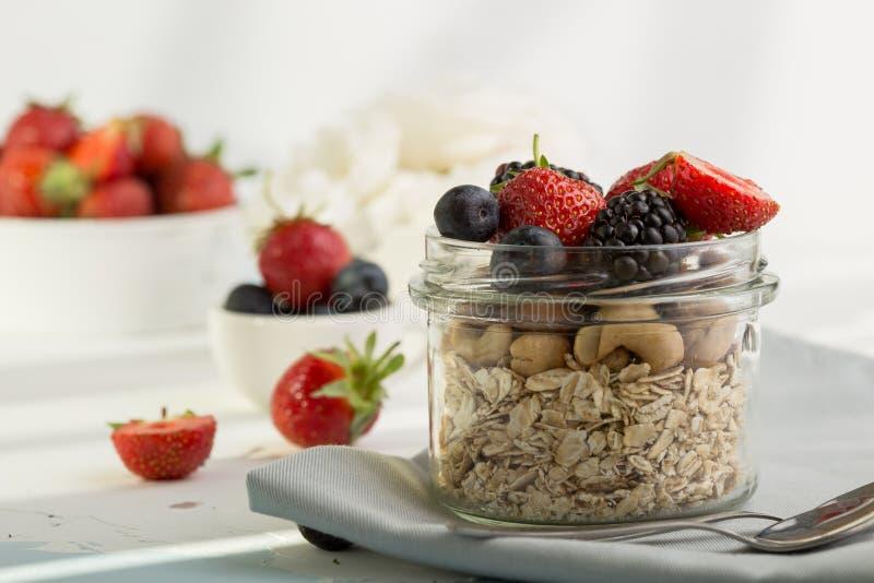 Selbst gemachtes Granola mit Milch, frische Beeren, zum Frühstück stockfotos