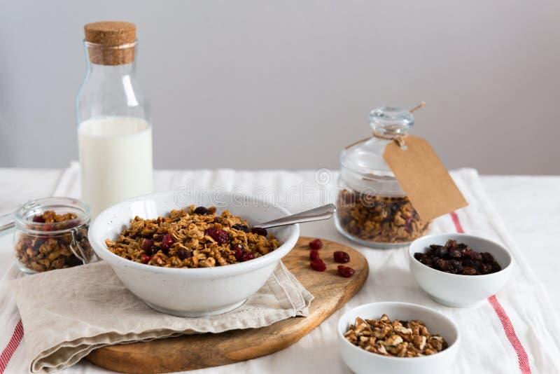 Selbst gemachtes Granola mit Milch und Nüssen für Seitenansicht des Frühstücks, Kopienraum lizenzfreie stockfotos