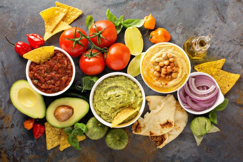 Selbst gemachtes hummus, Salsa und Guacamole mit Corn chipen stockfotos