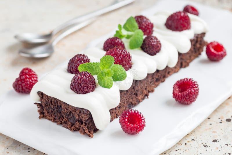 Selbst gemachtes Käsebereifen und -himbeere der Schokoladenkuchen mit Sahne stockfoto