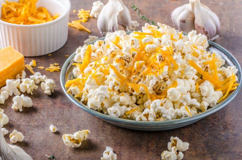 Selbst gemachtes Käsepopcorn stockfoto