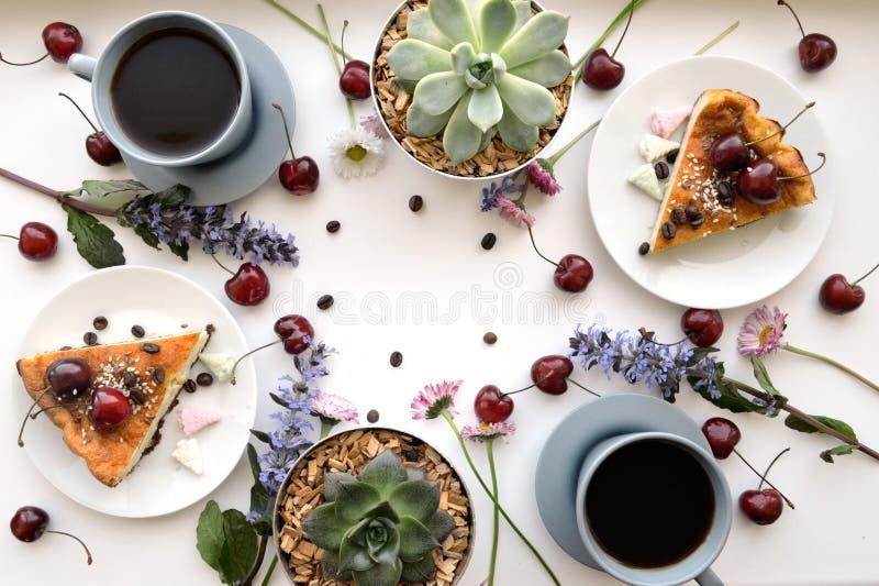 Selbst gemachtes köstliches Frühstück mit Kaffee lizenzfreie stockfotos