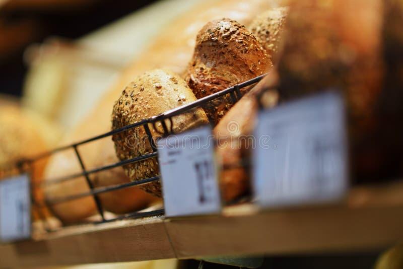 Selbst gemachtes Kochen gemacht vom Vollweizen und von den Körnern mit Broten lizenzfreie stockfotografie