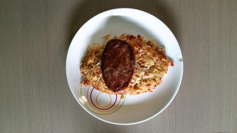Selbst gemachtes Lebensmittel, peruanisches Lebensmittel tacu tacu mit Fleisch lizenzfreie stockfotos