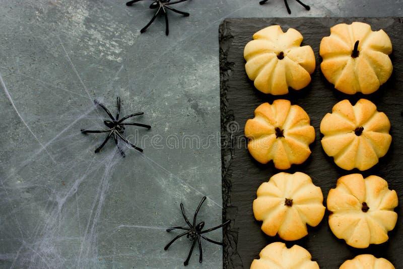 Selbst gemachtes Lebkuchenplätzchen für Halloween Halloween-Kürbisgurren lizenzfreies stockfoto