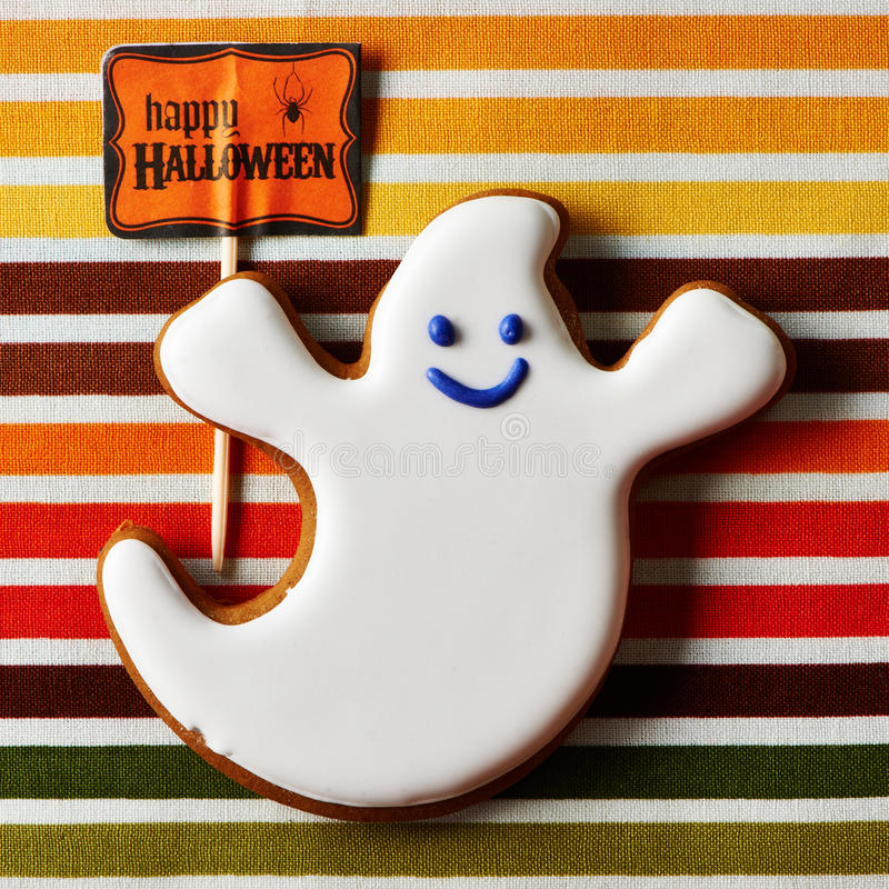 Selbst gemachtes Lebkuchenplätzchen Halloweens stockfotos