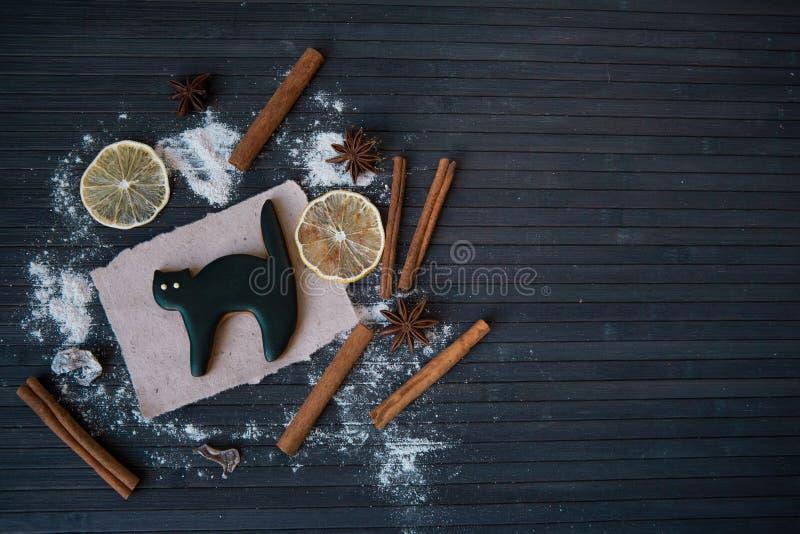 Selbst gemachtes Lebkuchenplätzchen Halloweens auf hölzerner Tabelle stockfoto