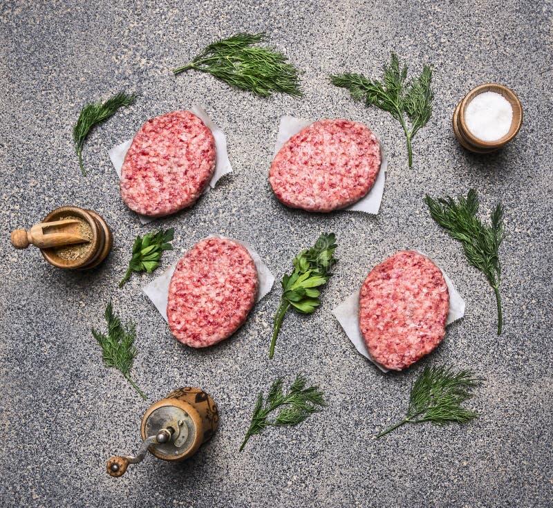 Selbst gemachtes rohes Kotelett, auf einer Granitküchenarbeitsplatte, dem Konzept des Kochens von Burgern, den folgenden gezeichn stockbild