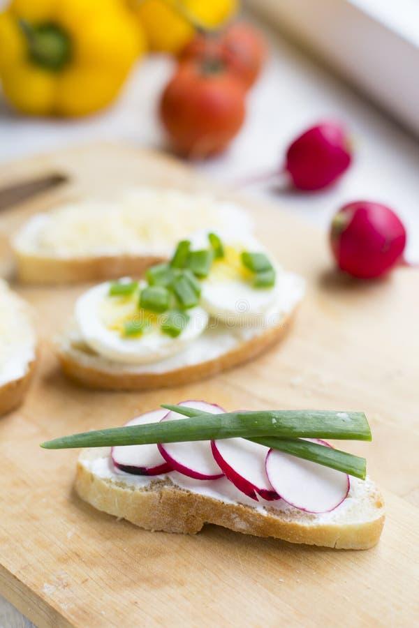 Selbst gemachtes Sandwich mit Rettich und Ricotta lizenzfreies stockbild