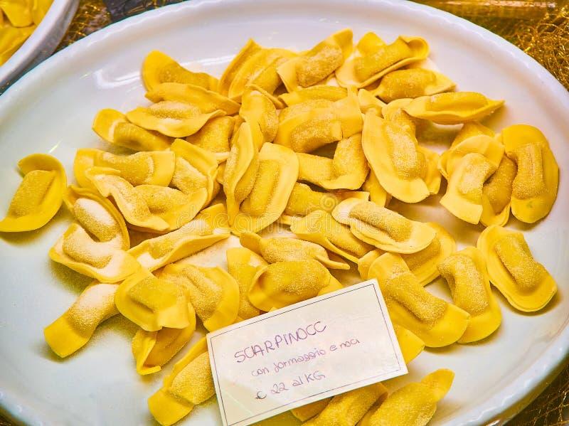 Selbst gemachtes Scarpinocc Frische angefüllte Teigwaren typisch von der kulinarischen Tradition von Lombardei Italien lizenzfreies stockbild
