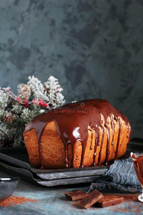 Selbst gemachtes Schokoladenbrot mit geschmolzener Schokolade lizenzfreie stockfotografie