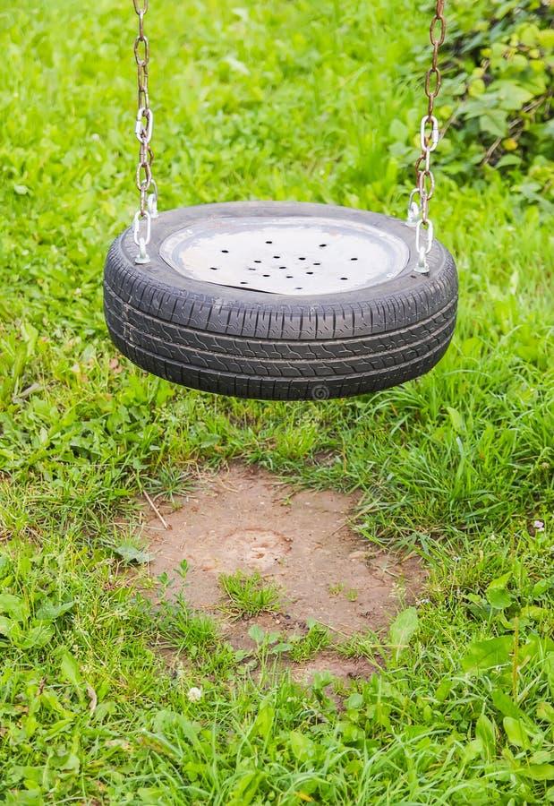 Selbst gemachtes Schwingen gemacht vom Reifen im Sommergarten stockfotos
