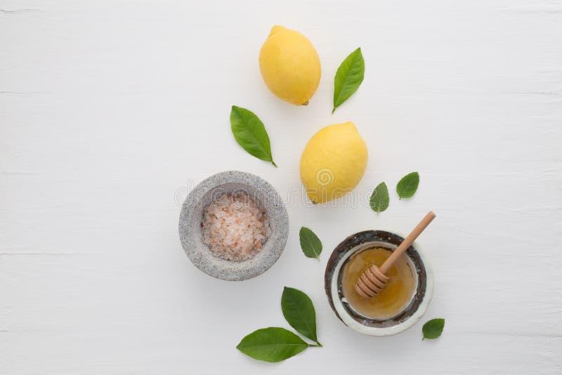 Selbst gemachtes skincare Konzept, Badesalz, Zitrone, Honigschöpflöffel und MI stockbilder